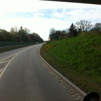 """Hier das Fotogeschirr für die Fahrzeuge Richtung stadteinwärts von der L174 ( Westtangente) kommend. Im Kreis steht die W-LAN Kamera. Hinter dem Schild """" Hotel Route"""" steht der Wabenfilterblitz"""