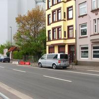 Vor dem Haus Hafenstrasse 22a - 22b steht heute der VW T5 und mißt in Rtg. stadtauswärts...