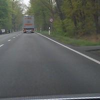Anfahrt der 70 km/h-Zone. Es ist noch kein Hinweis auf den Blitzer erkennbar