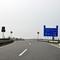 """Von der Rostocker """"Stadtautobahn"""" kommend, gibt es am Ende des Autobahnzubringers (A20) einen Trichter von 120->100->80 und dann die Aufzweigung Rtg. Wismar/Lübeck nach rechts sowie geradeaus Rtg. Kreuz Rostock. Dazu wird die Geschwindigkeit weiter auf 60 km/h reduziert."""