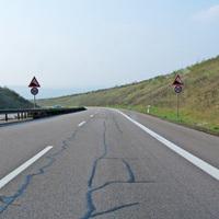 Die A 8 in Richtung Luxemburg befahrend. Ohne Trichterung mündet die Richtgeschwindgkeit in dieser Limitierung auf 100 km/h.