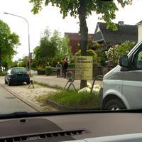 ZoomKamera und Wabenfilter-Blitz vor dem VW-Messbus. Das Personal steht am Fußweg und wundert sich...