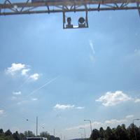 Systemkomponenten, die sich jetzt auf der A 76 jeweils an den Schilderbrücken in Grenznähe zu Deutschland und Belgien befinden. Auffällig war, dass die Schilderbrücken mittels Kennzeichenauslegung eingemessen wurden.