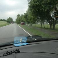 14:40 Uhr , roter VW Caddy steht heute am Ortsende Wayarn in Fahrtrichtung Miesbach , sichtbar am Straßenrand im Grünstreifen.