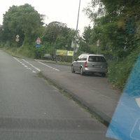 Das Meßfahrzeug versteckte sich hinter der Brücke und blitzte in Richtung Duisburg