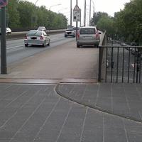 Das Meßfahrzeug auf der Rheinbrücke positioniert.