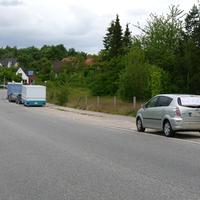 Gesamtansicht mit einem PKW-Fahrer der mit einem Schild am Rückfenster warnte