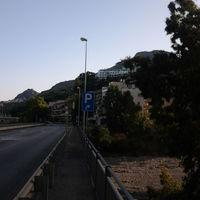 Richtung Norden (Taormina), inmitten anderer Schilder nicht gut sichtbar, steht der 50er Blitzer nach einem Tunnel