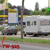 Der dunkelgraue VW Passat Kombi (WF-YW-925) mal wieder auf der Gifhorner Straße.