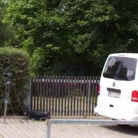 Nahaufnahme des Videolasers in Richtung Rimpar samt Messfahrzeug VW T 5 in weiss (HN-F 4707).