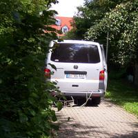 Der perfekt hinter den Büschen geparkte Messwagen. Er ist nicht mehr aktuell, stattdessen wurde er durch einen weißen VW T 5 (N-JS 106 bzw. N-KG 1010 mit derselben Messanlage) ersetzt (Stand Oktober 2020).