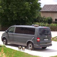 Der Lichtschranken-Messwagen VW T 5 der Verkehrspolizeiinspektion Bamberg aus der Nähe: blaugrau-metallene Farbe, BA-MZ 27