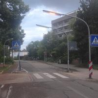 Die Feldbergstrasse in Höhe des Moll-Gymnasiums. Fahrtrichtung von Nord nach Süd. Anfahrt zum Zebrastreifen.
