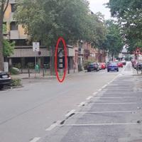 Die Säule steht ziemlich am Ende der 'Planken' - an einer Ecke des Planquadrats E6. Geblitzt wird der stadtauswärts-fahrende Verkehr (in Richtung Hafenstr./Kurt-Schumacher-Brücke)
