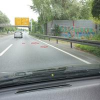 Hier wo er immer steht leider ein Bild ohne Blitzer aber man kann die weißen Striche auf der Straße gut erkennen!