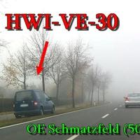 Der dunkelblaue VW Caddy (HWI-VE-30) am OE Schmatzfeld aus Wernigerode kommend links in Fahrtrichtung geparkt,50 Kmh.
