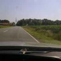 Hier wird aus einem schwarzen VW Passat Kombi aus gelasert. Das Fahrzeug ist von hier noch nicht zu sehen, kann aber einen in etwa hier bereits messen. Das 70 km/h Schild ist bereits nach der Kreuzung das 2. Näher bin ich fototechnisch leider diesmal nicht rangekommen.
