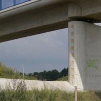 Übersicht. Gemessen wurde in Fahrtrichtung Celle. Dort sind 100km/h. Kurz vor der Einspurigkeit, direkt unter der Brücke. Man sieht es erst wenn man ca 30m davor ist, selbst bei Tempo 80 (wenn man nicht weiß dass er da steht).