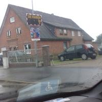 In Fahrtrichtung Lasbek-Dorf, kurz vorm Kindergarten in der 30 Zone. Kamera und Blitz hinterm Zaun, Messbus etwas weiter hinten auf dem Hof, versteckt neben dem Gebäude geparkt.