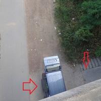 Unterhalb der Brücke auf einem kleinen Weg neben der Bahnanlage stand das Messfahrzeug der Stadt. Der kleine Pfeil deutet auf das Datenkabel, das zur Kamera (oben) führt.