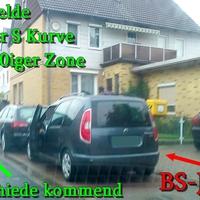 Der dunkelgraue Skoda Roomster BS-JX-620 in Geitelde aus SZ Thiede kommend