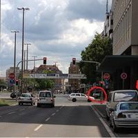 Anfahrtsansicht aus Fürth kommend. In der Bushaltestelle steht der Deliktbeobachtungsbus (weißer VW Bus N-KX-291). Gegenüber der Kreuzung auf dem Gehweg steht ein VW Bus N-KJ-873, wo ein Meßbeamter per Videokamera die Frontaufnahme macht (Fahreridentifizierung, ggf. Handy-/Gurtverstoss-Dokumentation).