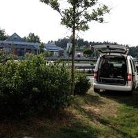 Messwagen mit Tag der offenen Tür. Messkabel läuft über die gesperrte Fahrbahn zum Gerätestandort an der Leitplanke.