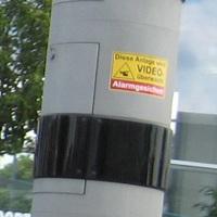 Neuerdings sind beide Säulen mit Warnaufkleber versehen...Wo sind die Videokameras? Der Firmensitz von Vitronic ist nicht weit weg...