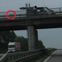 Häufige Abstandsüberwachungsstelle in Richtung München! Hier wird gerade am 29.6.12 um ca. 7:45 aufgebaut. Die zwei Brückenkameras sind schon im Brückengeländer installiert. Die Bodenkamera zur Fahreridentifizierung fehlt noch. Keine Geschwindigkeitsbeschränkung.