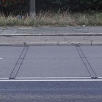 Die Koaxialkabel auf der Fahrbahn