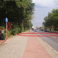 Ein Bild von der Messstelle an der Bruchwiesenstrasse. Circa 100m nach dem McDonalds-Restaurant gibt es in Richtung Gartenstadt teure Fotos. 50 an der Stelle erlaubt. Der Pfeil deutet auf das Blitzgerät, welches im Gebüsch versteckt wurde.