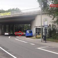 Das Messfahrzeug mit RP-Kennzeichen unterhalb der Brücke an der B9. Der dünne Pfeil weist auf die Position des Mess-Equipments hin.