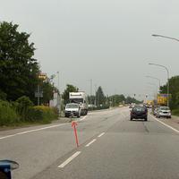 """Blick stadtauswärts fahrend vor dem LKW steht das """"Blitzgeschirr"""" stadteinwärts..."""