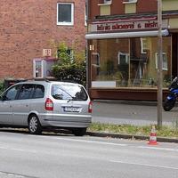 Der silberne Opel-Zafira RZ H 627 steht heute mal stadtauswärts in dieser Höhe der Ratzeburger Allee...
