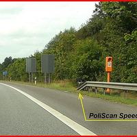 """A 226  Rtg. Süden. Am Ende der Leitplanke bei der Notrufsäle hinter der Eisenbahnbrücke in Fahrtrichtung Lübeck-Dänischburg steht das """"Blitzgeschirr"""" der VW-Mess-Caddy steht im Gebüsch gut getarnt..."""