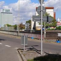 Links das Messfahrzeug oben auf der Dessauer Strasse. Die Fotoeinheit samt Blitzgerät wieder an gewohnter Stelle (am Ende des Geländers). 50 erlaubt. Gleiche Messstelle wie 6.September 2012