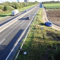 Ein Blick von der Brücke, die bei Oggersheim-Nordwest über die B9 geht. Kontrolliert wird der Verkehr aus Frankenthal in Richtung Oggersheim. Nächste Ausfahrt: Oggersheim. 80 erlaubt. Die Vitronic Poliscan-Anlage sieht man im unteren Bild-Drittel, auf dem Feldweg steht das himmelblaue Messfahrzeug.