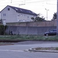 Eine Aufnahme von der gegenüberliegenden Seite (Luzenbergstrasse). Geschickt geparktes Messfahrzeug (verdeckt durch das Gestrüpp und den Mast) sowie die Radargerätschaft weiter links.