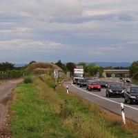 Die mobile PoliscanSpeed-Anlage an einem Hügel ca. 160 Meter vor der 'Ausfahrt Friedelsheim/Ellerstadt'. Fahrtrichtung: von Maxdorf nach Bad Dürkheim. 80 erlaubt. Hier wird aus der 2-spurigen Autobahn wieder eine Bundesstrasse.