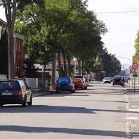 Da die Dürkheimer Strasse eine Einbahnstrasse ist, parkt der VW Golf Kombi auf der LINKEN Seite. In Höhe Franz-von-Sickingen-Strasse. 30 erlaubt. Radarmessung.