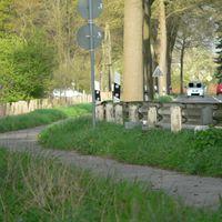 Meßwagen links.Von hieraus steht gerne die Polizei mit der Läserpistole(http://www.blitzer.de/karte#id:1198121).