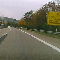 schlecht zu sehen, verdeckt durch Leitpfosten und Schilder. B29 Waiblingen FR Schorndorf, 1 Km vor der Ausfahrt Remshalden