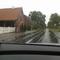 Hier ist der Blitzer besser zu erkennen. Der Blitzer misst in meine Fahrtrichtung, also hier zur Abwechslung mal von links. Das Messfahrzeug ist der silberne Wagen hinterm Zaun.