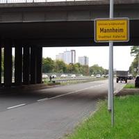 Blick von der parallel verlaufenden Gorxheimertalstrasse auf die Brücke über die B38. Von weitem sieht man hier schon das Messfahrzeug und die Multanova direkt nach dem letzten Brückenpfeiler.