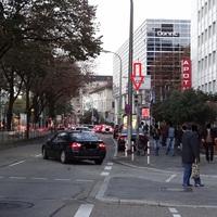An der Kreuzung von Friedrichsring (geradeaus) und Friedrichsplatz (von rechts)