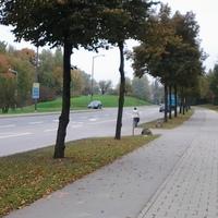 Stadtauswärts, schwarzer Kombi links, R- DP 264, blitzt einwärts.