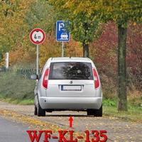 Der silberne Skoda Roomster (WF-KL-135) des Landkreis Wolfenbüttel in Fümmelse gegenüber vom Sportplatz in Richtung Wolfenbüttel Stadt. Dort gilt 50 Kmh.