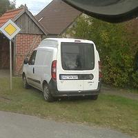 """Neuer """"HUNDEFÄNGER-WAGEN"""" im Bereich Herzogtum Lauenburg mit dem derzeitigen Kennzeichen: RZ QW 527, ein weißer FIAT Doblo mit Videoanlage hinter dem Heckfenster... Da fiese ist daran, es blitzt nicht verräterisch..."""