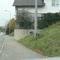 Regensburg, Nordgaustr. stadtauswärts. Es wird an dieser Stelle nicht wie üblich aus einem Fahrzeug heraus geblitzt sondern das Messgerät steht gut getarnt hinter einer Strassenlaterne. Der dazugehörige VW Bus steht in einer parallelen Seitenstrasse.