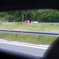 Messung - wie so häufig - am Wochenende. Der rote VW-Caddy steht zum Aufbau des PSS-Stativs noch am Fahrbahnrand und wird anschließend in der Regel unauffällig in der schwarzen Ausfahrt geparkt.